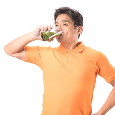 「青汁をグビグビ飲む健康お父さん」の写真素材