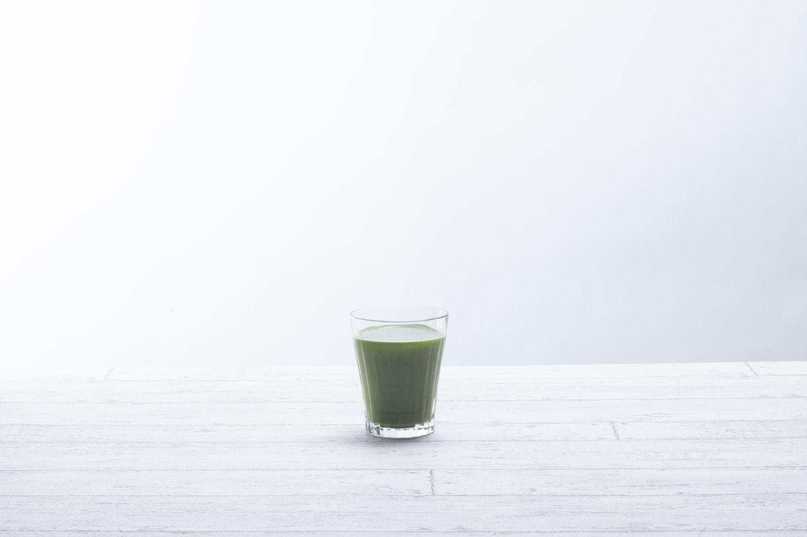 「テーブルに置かれた青汁一杯」の写真