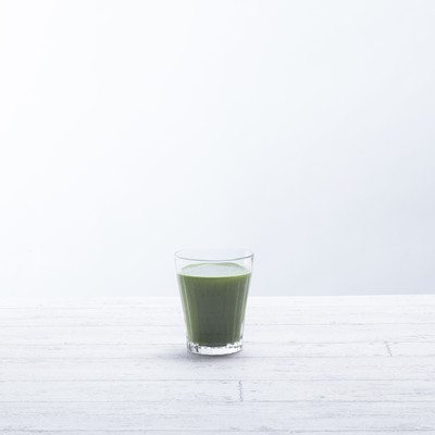 「テーブルに置かれた青汁一杯」の写真素材