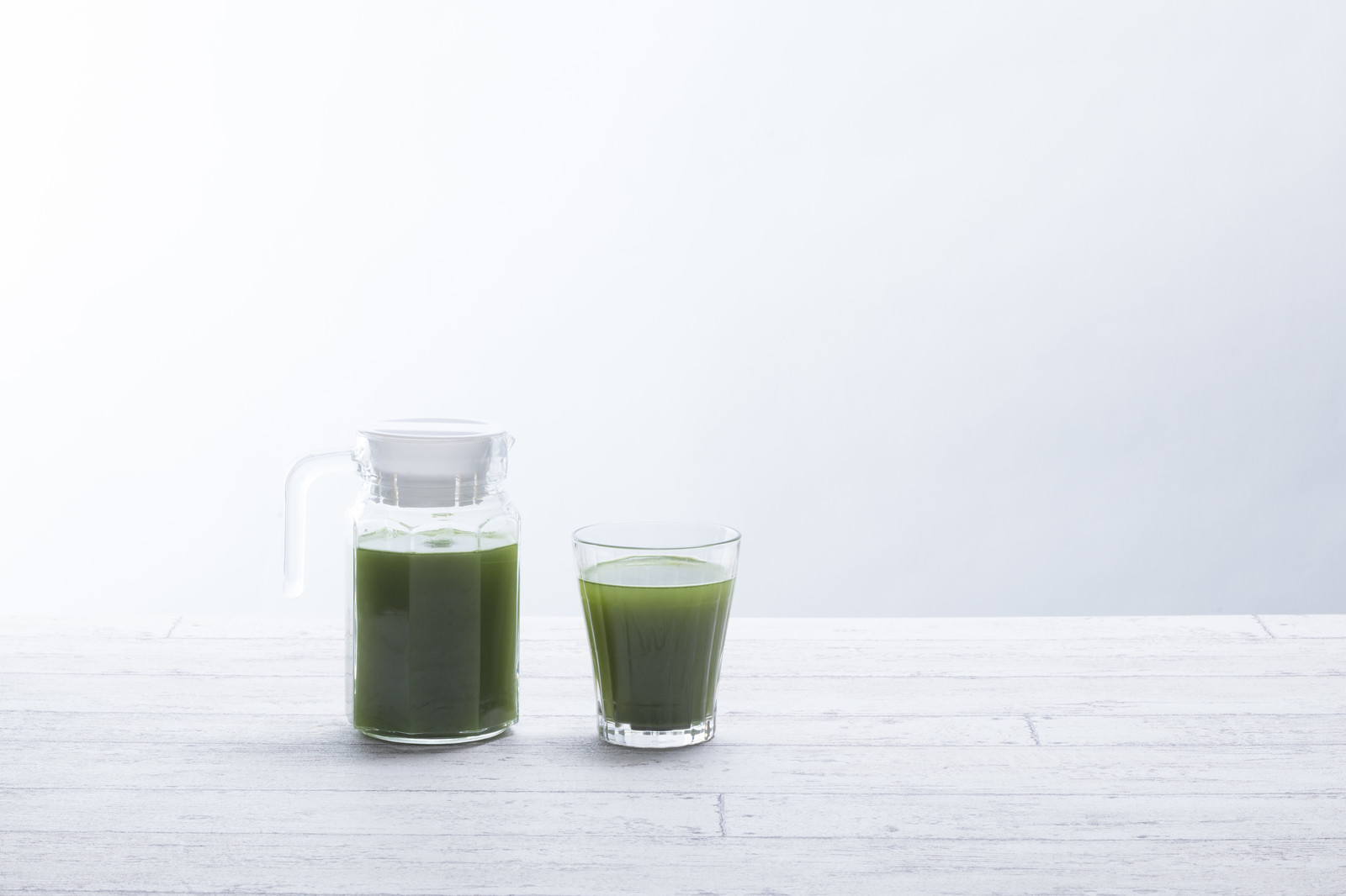 「青汁の入ったポットとグラス青汁の入ったポットとグラス」のフリー写真素材を拡大