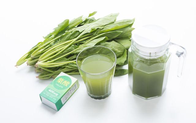 葉酸が取れる葉物野菜と青汁の写真