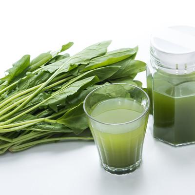 「葉物野菜と青汁のグラス」の写真素材
