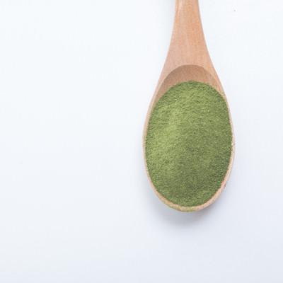「スプーンと粉末青汁」の写真素材