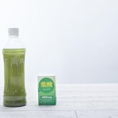 「ペットボトルに入った青汁と葉酸」の写真素材