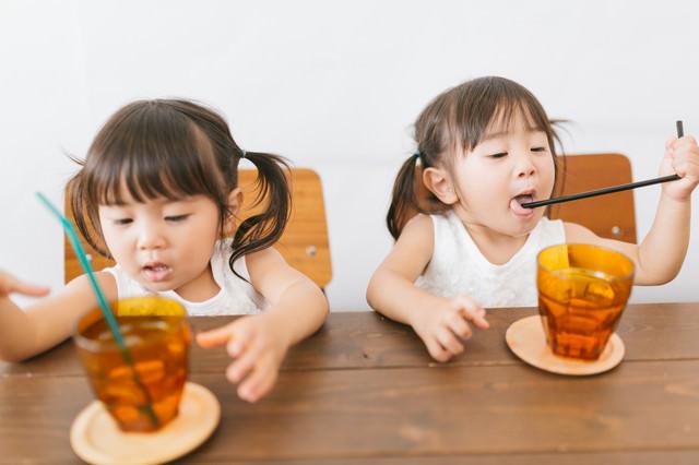 「何でも口にいれる小さい子ども」のフリー写真素材