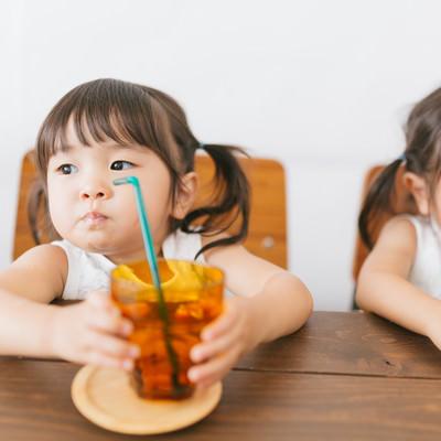 「まだ飲んでないよ!(双子:みどり)」の写真素材