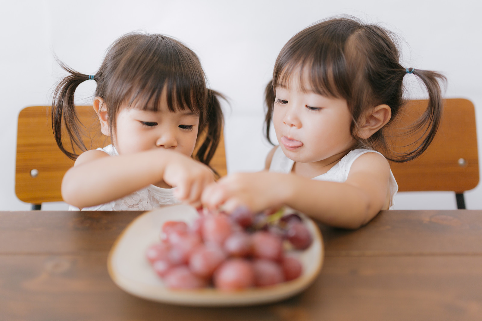 「巨峰大好き双子姉妹」の写真[モデル:あおみどり]