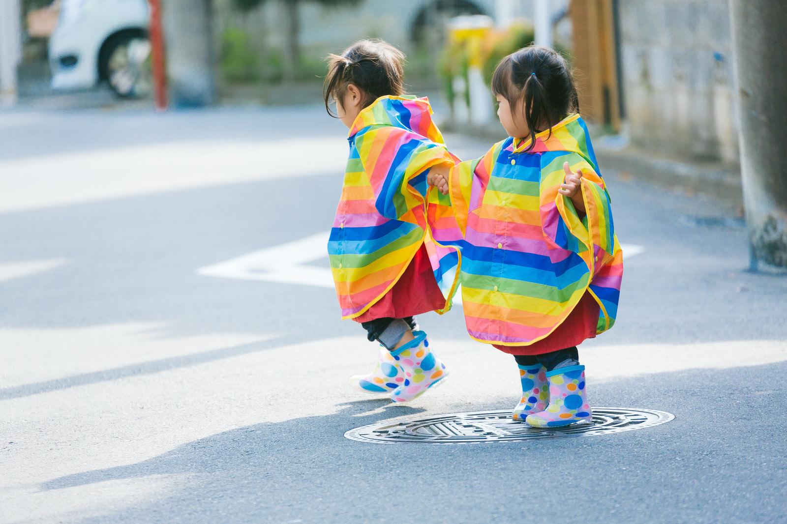 「カラフル合羽で仲良く散歩する双子」の写真[モデル:あおみどり]