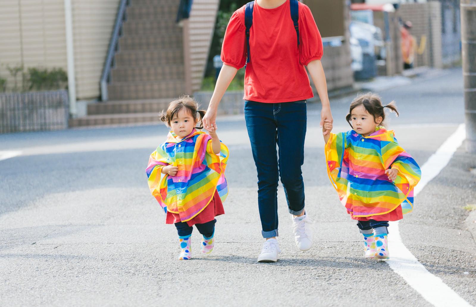 「ママと手をつなぐ双子の女児ママと手をつなぐ双子の女児」[モデル:あおみどり]のフリー写真素材を拡大