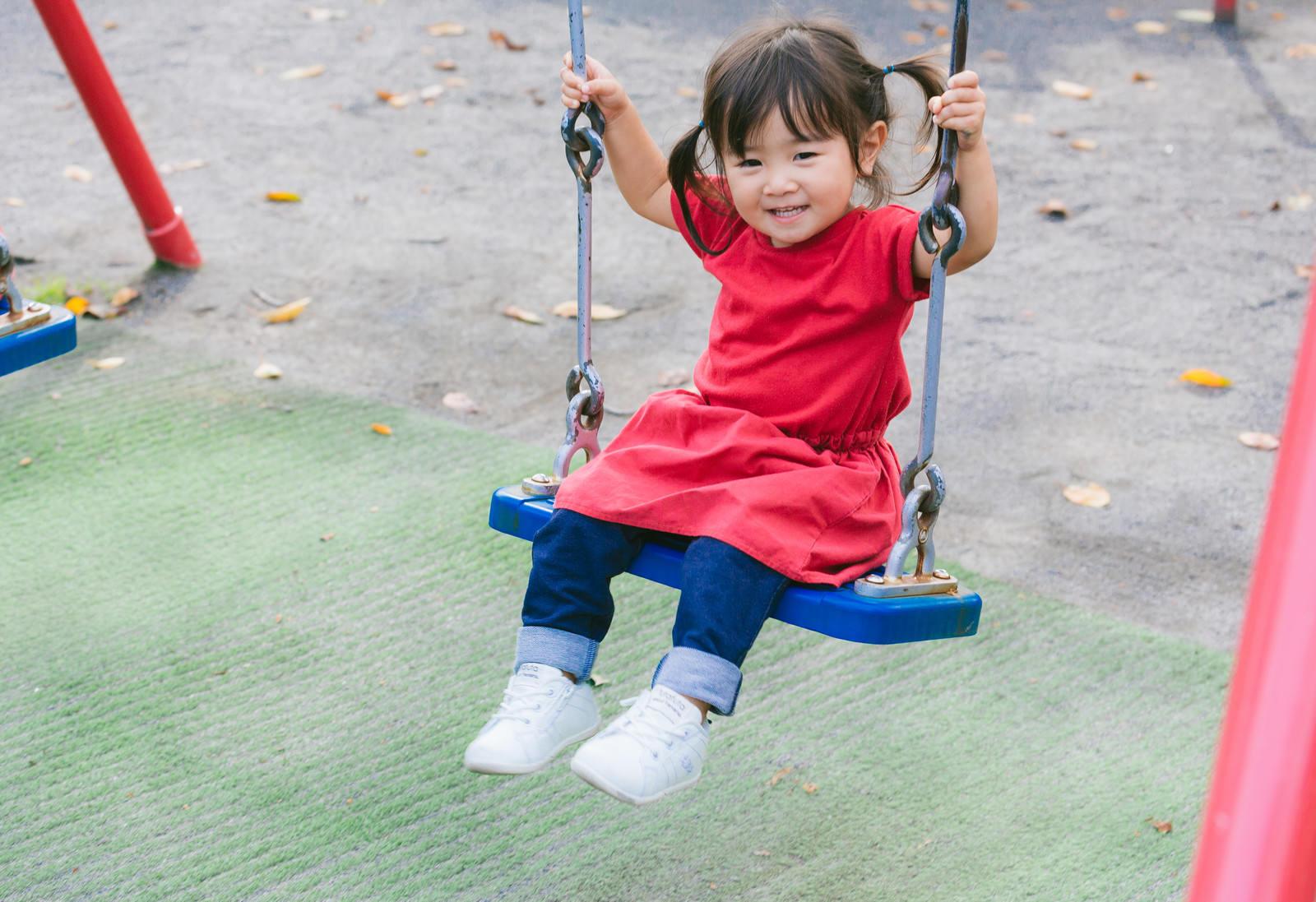 「ブランコデビューの小さい女の子」の写真[モデル:あおみどり]
