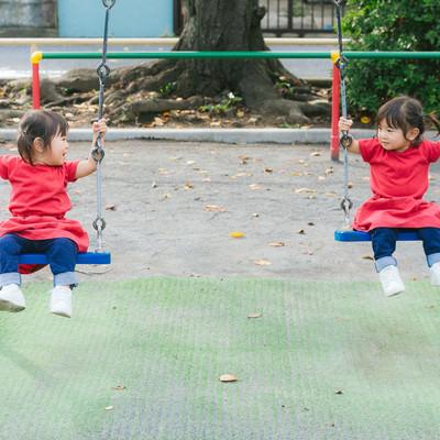 「双子ブランコ」の写真素材
