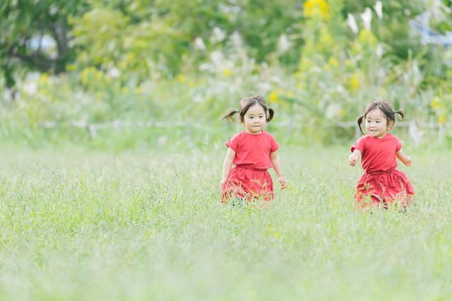 「走り出す双子」のフリー写真素材