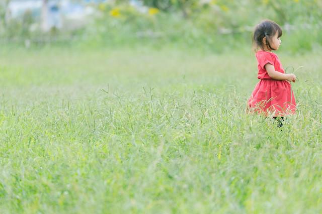 赤い服を着た女児