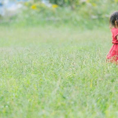 「赤い服を着た女児」の写真素材