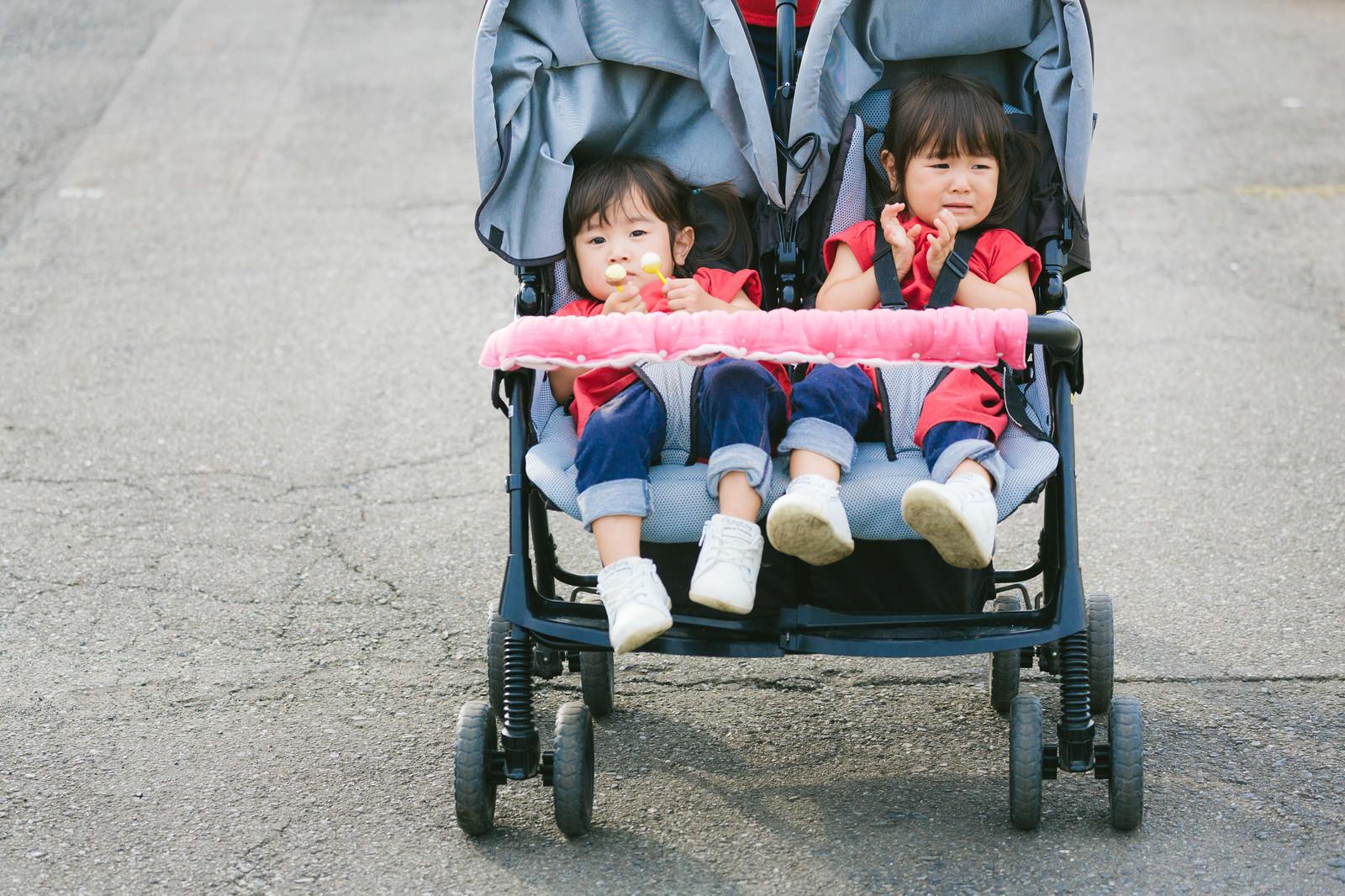 「泣いても仲良しの双子の女児(ベビーカー)」の写真[モデル:あおみどり]