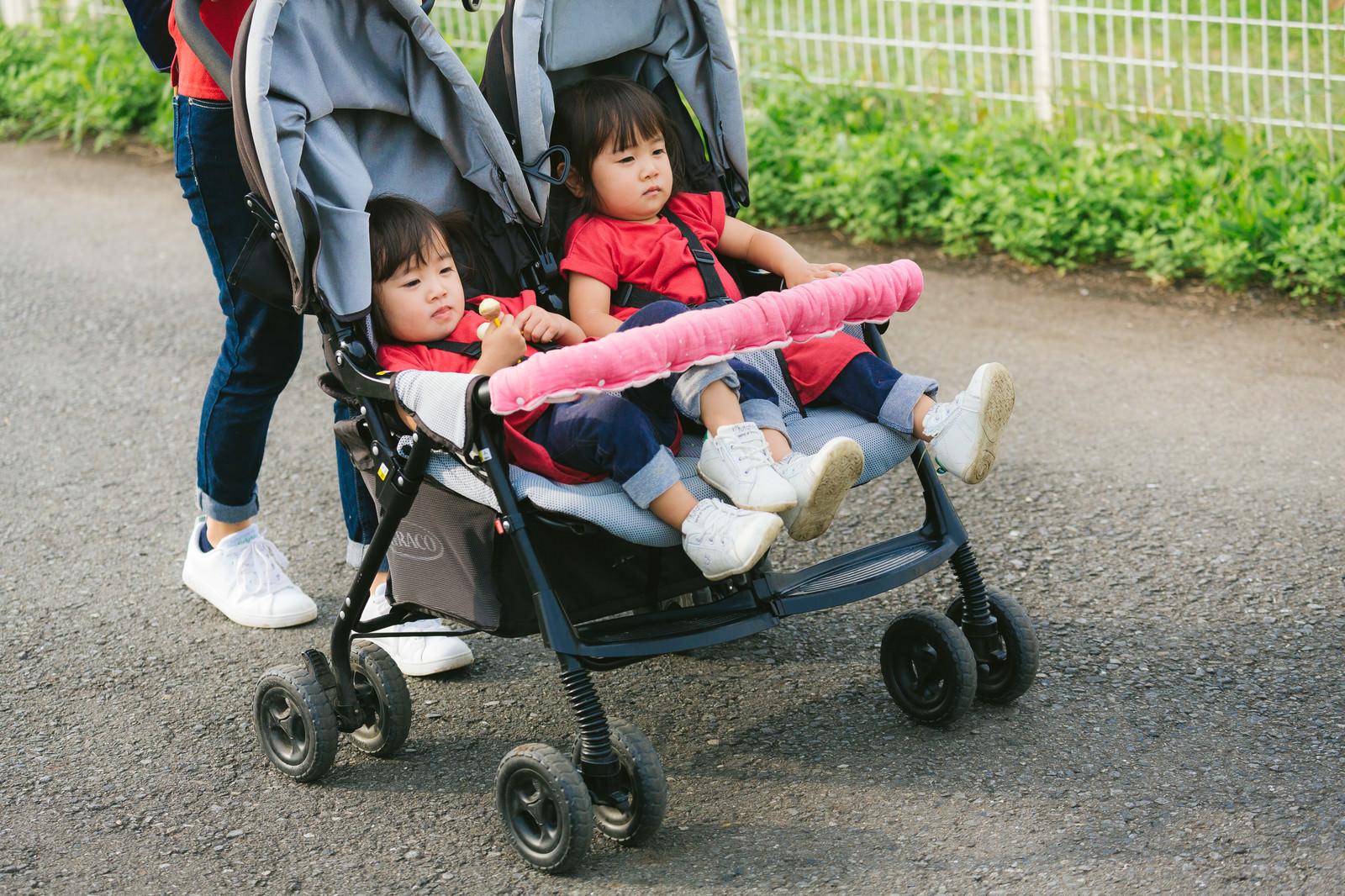「二人乗りベビーカーで屋外散歩中」の写真[モデル:あおみどり]