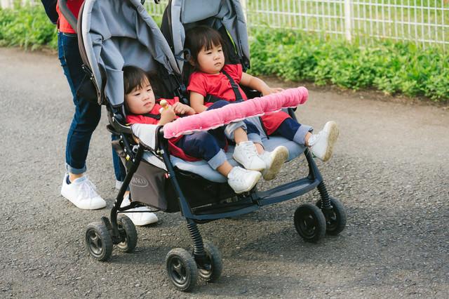 二人乗りベビーカーで屋外散歩中の写真