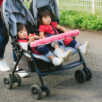 「二人乗りベビーカーで屋外散歩中」の写真素材