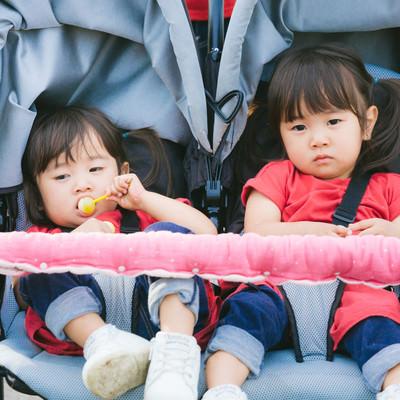 「ムス顔双子女児」の写真素材