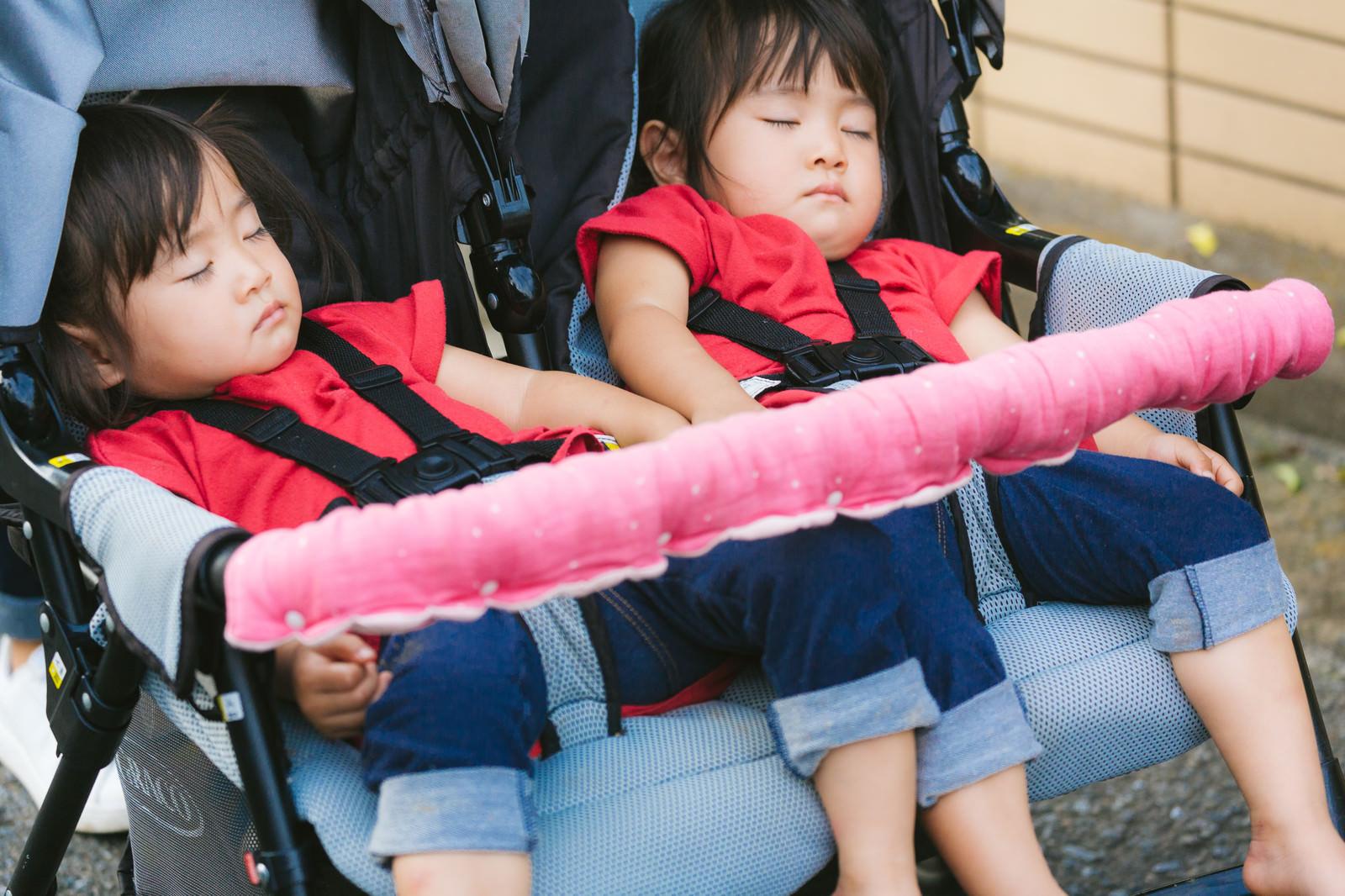 「ベビーカーの上で寝てしまった双子女児」の写真[モデル:あおみどり]