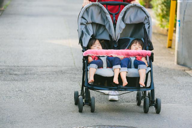 外出時の子どものお昼寝(二人乗りベビーカー)の写真