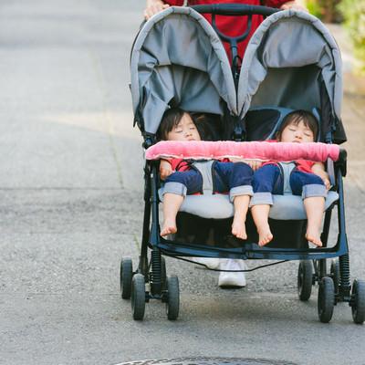 「外出時の子どものお昼寝(二人乗りベビーカー)」の写真素材