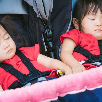 「ベビーカーに乗せたままお昼寝」の写真素材