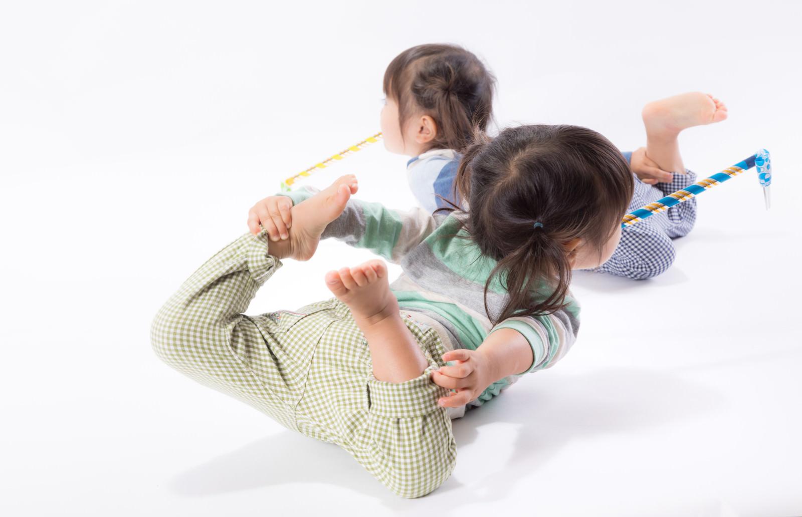 「ピロピロプーを咥えながらはしゃぐ息の合った双子姉妹」の写真[モデル:あおみどり]