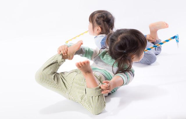 ピロピロプーを咥えながらはしゃぐ息の合った双子姉妹の写真