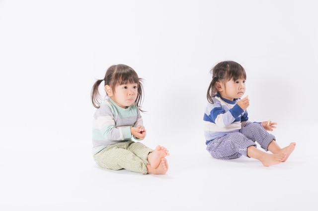お菓子を与えるとおとなしくなる子供たち(双子)の写真