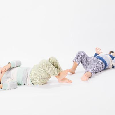 「寝そべる双子女児」の写真素材
