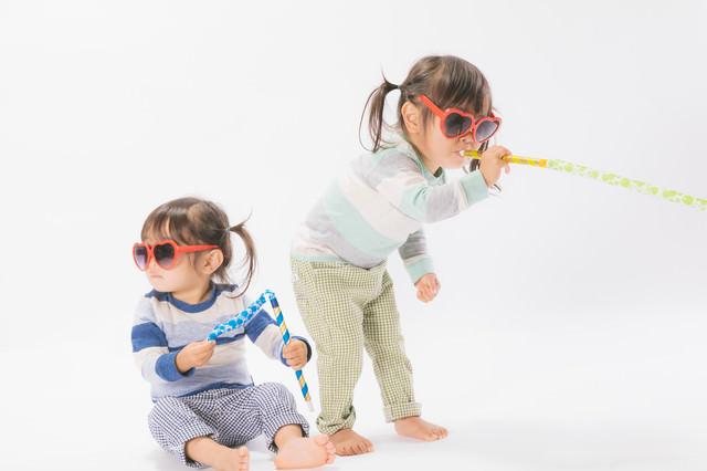 無邪気に遊ぶ子供の姿の写真
