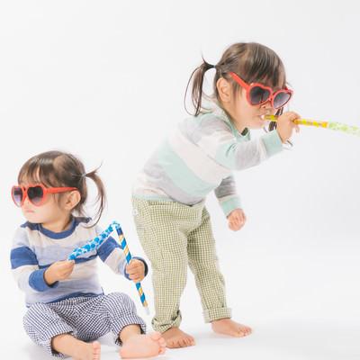 「無邪気に遊ぶ子供の姿」の写真素材