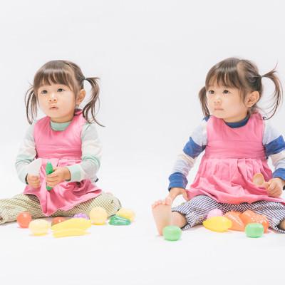 「おままごとする双子の子供」の写真素材