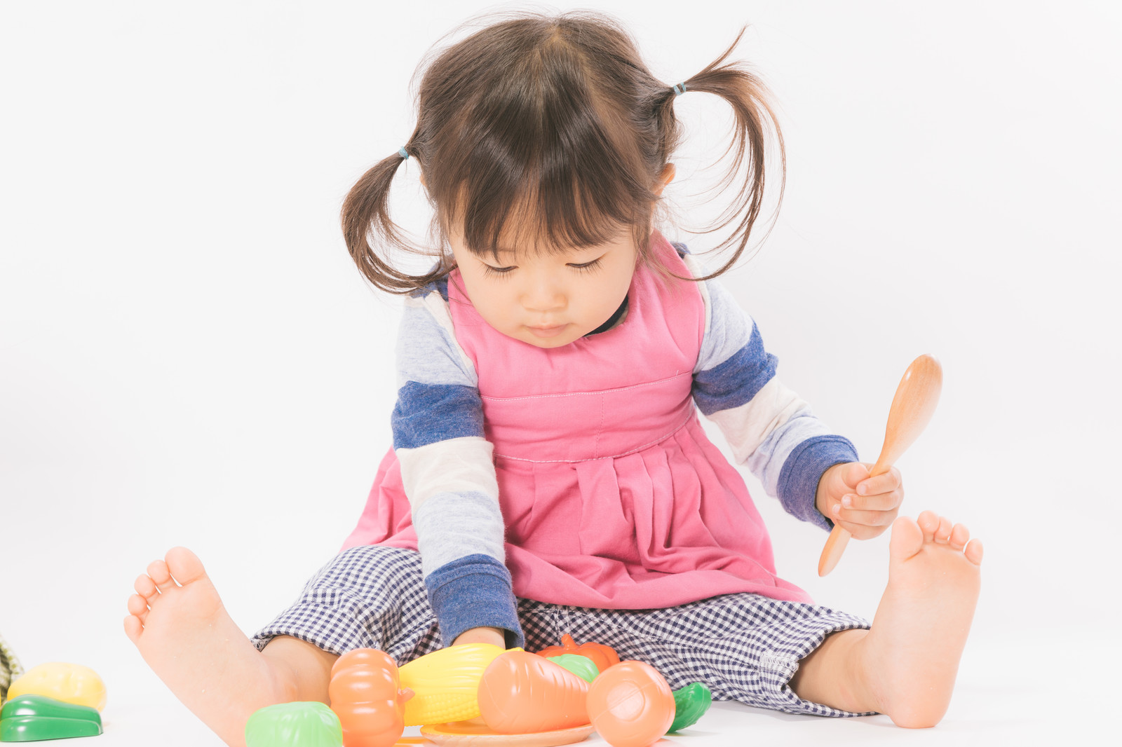 「ままごと遊びをする女の子」の写真