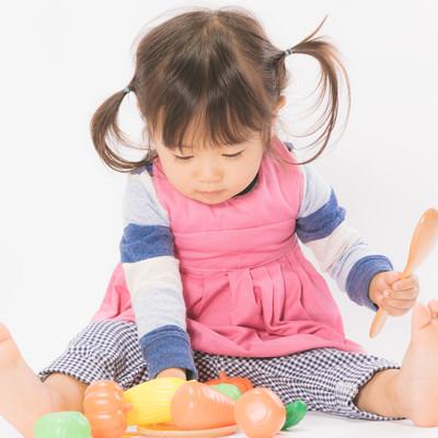 「ままごと遊びをする女の子」の写真素材
