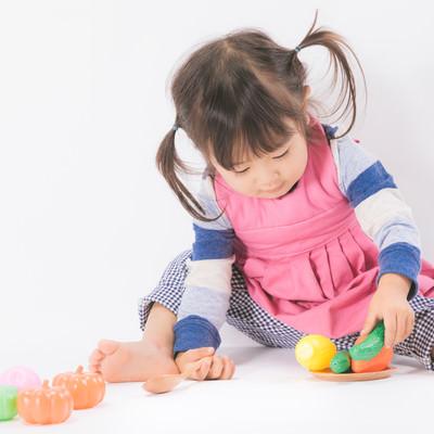 「ままごと遊びと女の子」の写真素材