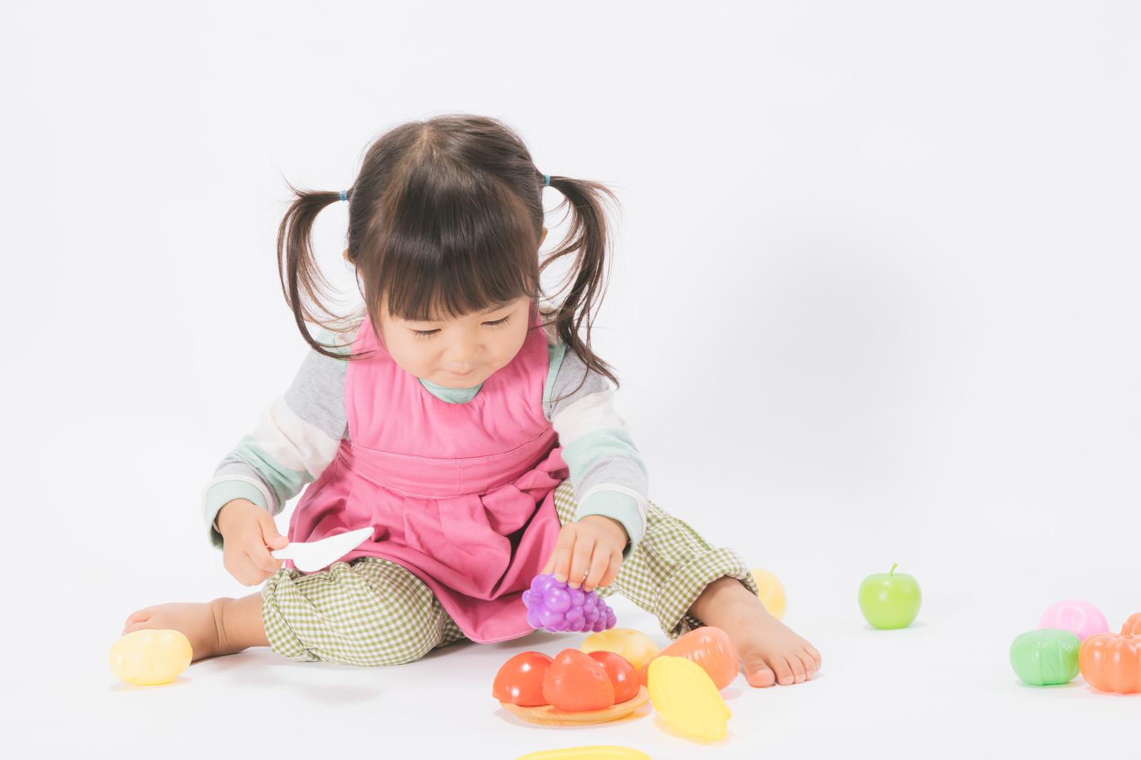 「お皿に盛り付けするおままごと女児」の写真[モデル:あおみどり]