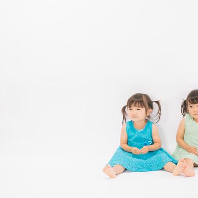 「あおとみどりの双子姉妹」の写真素材