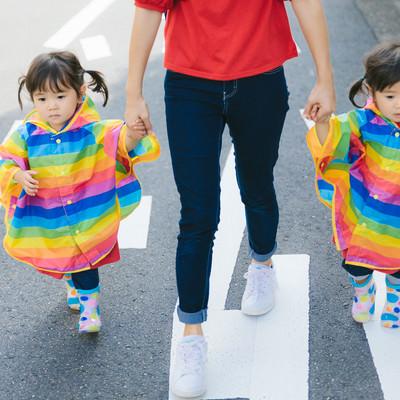 「公道は危ないのでしっかり子供の手をにぎる母親」の写真素材