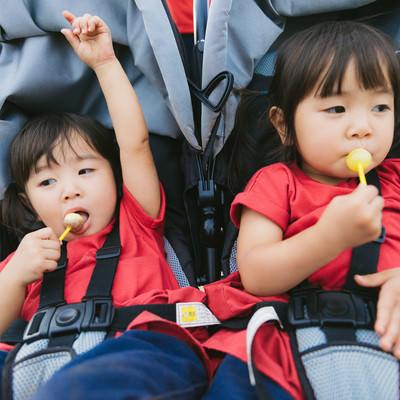 「飴をあげたらご機嫌の双子姉妹」の写真素材