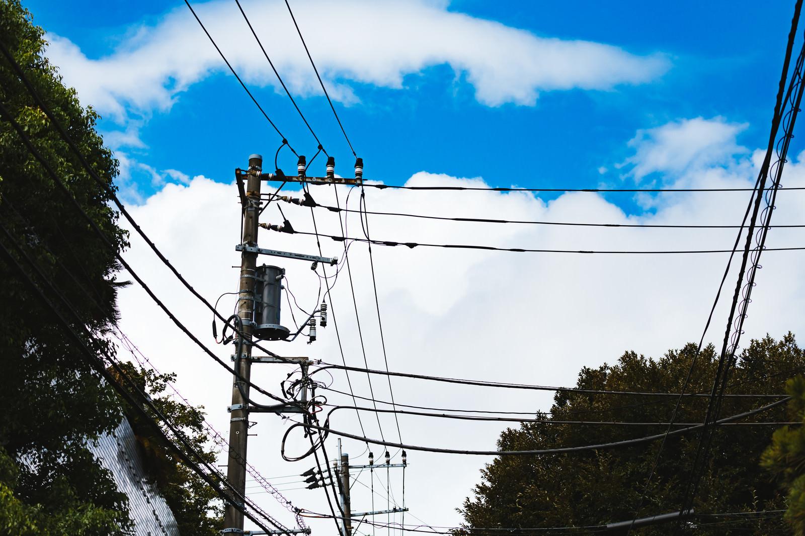 「よく晴れた青空と電線と電柱」の写真