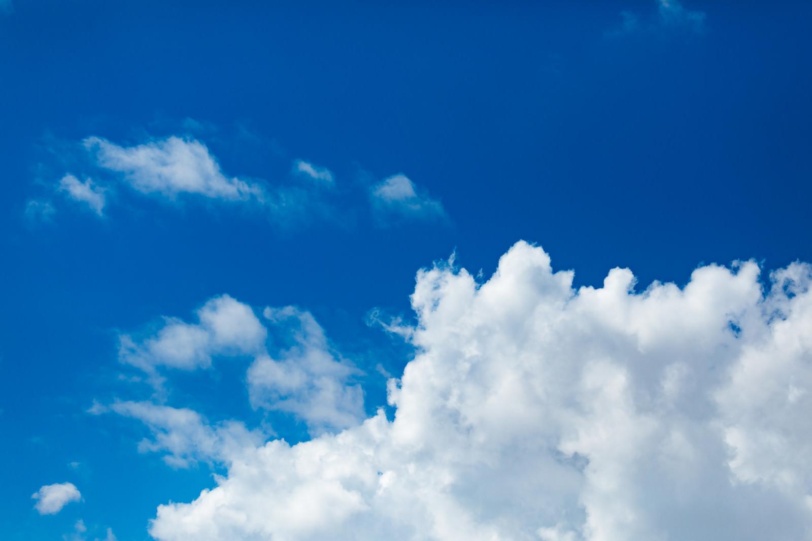 「真夏空と雲真夏空と雲」のフリー写真素材を拡大