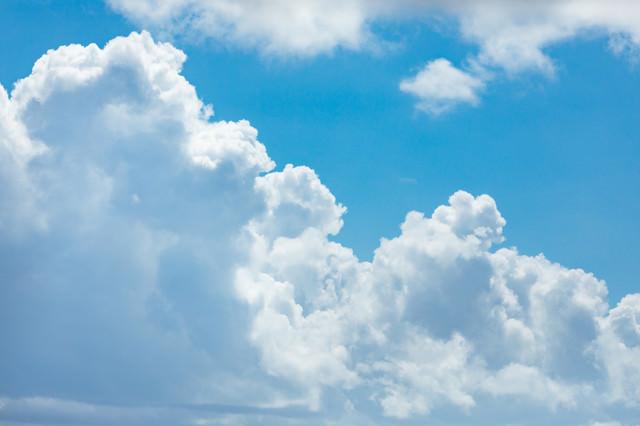 晴れた日の積乱雲の写真