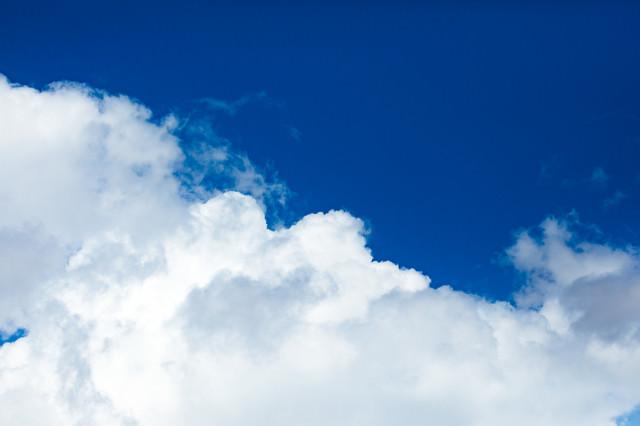 澄んだ青色の空と雲の写真