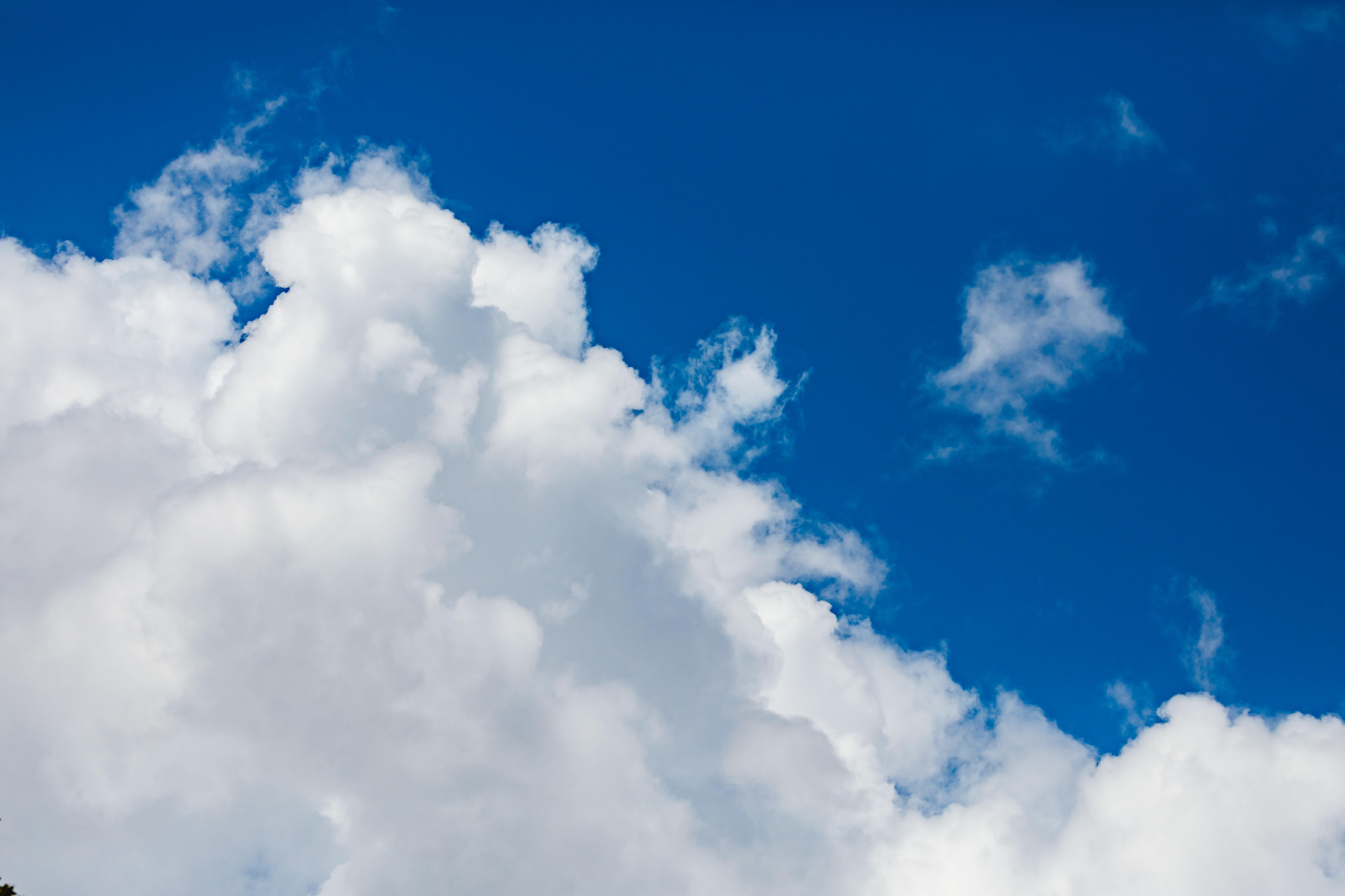 青空に広がる雲の写真素材
