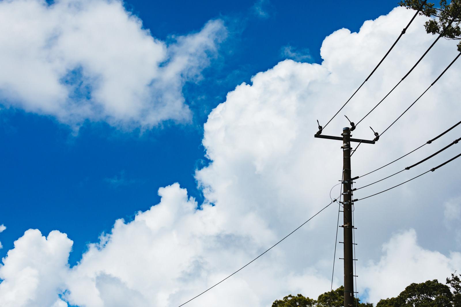 「晴天と積乱雲と電柱晴天と積乱雲と電柱」のフリー写真素材を拡大