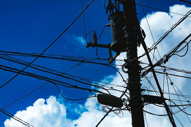 積乱雲と電信柱のシルエットの写真