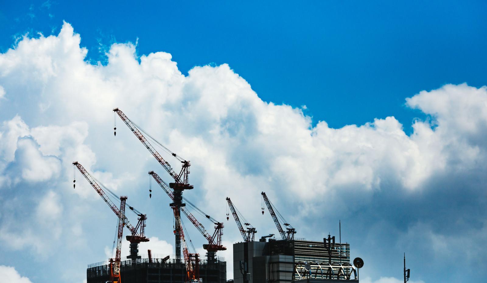 「真夏の建設現場(クレーン) | 写真の無料素材・フリー素材 - ぱくたそ」の写真
