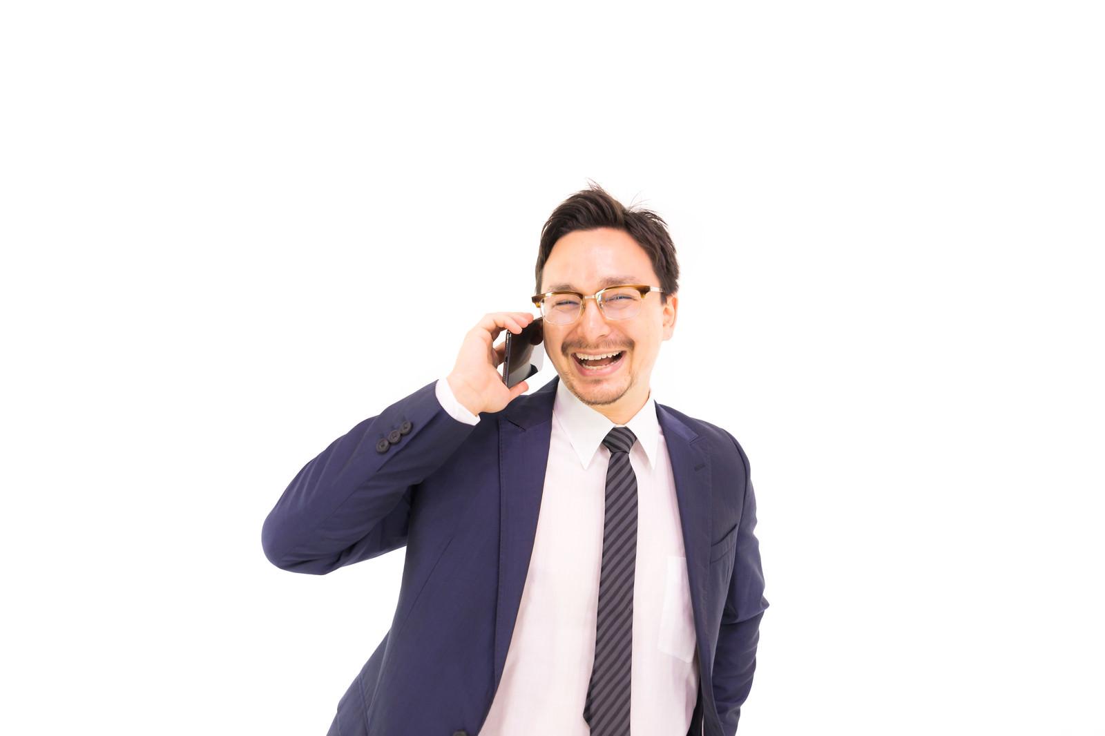 「電話しながら笑顔になるドイツ人ハーフ」の写真[モデル:Max_Ezaki]